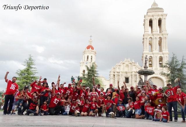 Los Fans saltillenses de los 49ers de San Francisco se tomaron la foto oficial en la Plaza de Armas.