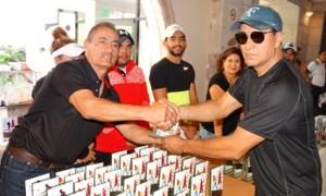 El directivo del Comité de Tenis Rafael Morales premia a uno de los tenistas que destacó en el Torneo Fiestas Patrias 2017 del San Isidro.