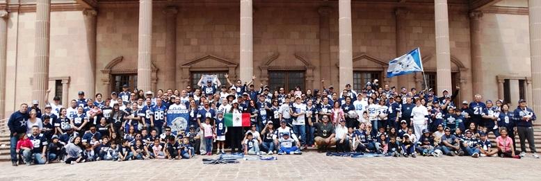 Los fanáticos de los Cowboys tuvieron su foto oficial en la explanada del Teatro de la Ciudad Fernando Soler.
