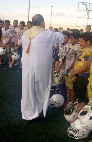 El padre bendice a los jugadores de Aguilas de Saltillo