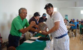 Joel Zamarrón, Campeón de la categoria B es premiado por el presidente del Club Marcial Irabú.