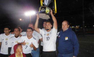 Los jugadores de Chupirules levantan la Copa de Campeones, que les fue entregada por Marco Dávila, presidente del Deportivo Rancho Seco.