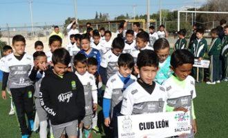 los jugadores de las distintas academias desfilaron en la ceremonia de inauguración.