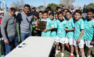 Los jugadores de León Saltillo Sub 12 reciben la placa de Campeones de parte de los organizadores.