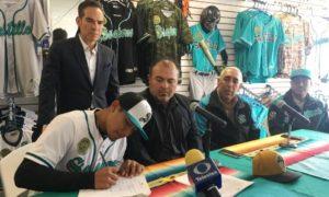 Fernando Villegas firma el contrato que lo liga a la organización de los Piratas de Pittsburgh.
