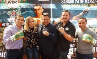 """Organizadores y promotores de la función de boxeo del 24 de Marzo en Saltillo, junto a ellos la pugilista Dulce """"Sexi"""" García."""