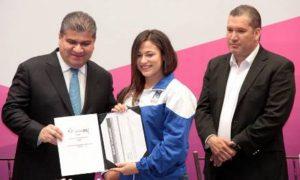 Los deportistas recibieron sus becas de manos del Gobernador Miguel Angel Riquelme.