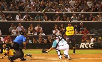 Tony Campana anota una de las carreras de Rieleros en la tercera entrada en el juego de anoche frente a Saraperos.