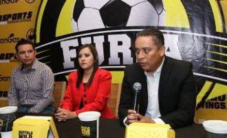 César Hernández, director operativo de Furia Saltillo, habla durante la presentación del equipo.