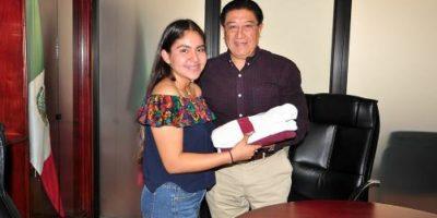 Aranza Valeria Fuentes Rodríguez recibió el uniforme guinda y blanco de manos del director del Tecnológico, Arnoldo Solís Covarrubias.