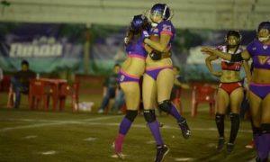 Las VQueens lucieron en el emparrillado frente a las JZ Ladies de Ciudad Juárez.  Las jugadoras Alondra Pérez y Paola Ramos festejan tras conseguir una anotación (foto foto facebook Rafael González).
