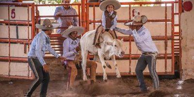 Los charros infantiles de Coahuila están dando la pelea en el Nacional de Querétaro. (foto cortesía)
