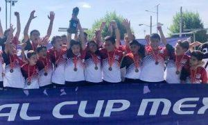 Los jugadores de Guerreros Coahuila levantan la Copa de Campeones en San Luis Potosí.
