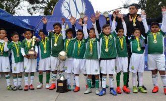 Los Campeones de León Saltillo, tras recibir el máximo trofeo de su categoría.