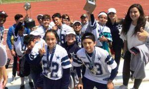 Los Cowboys de Coahuila con sus familias tras conseguir el trofeo de Campeones en el Estadio Wilfrido Massieu de la Ciudad de México.