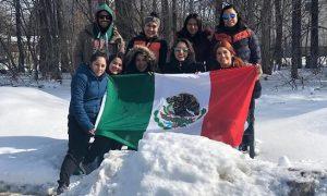 La saltillense Betsy Villanueva (segunda de izq. a der.) con sus compañeras y el entrenador de la Selección Mexicana en Toronto.