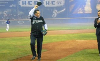Invitado de lujo... Armando Reynoso, realizó el lanzamiento de la primera bola.