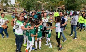 Jugadores y padres de familia celebran tras ganar la Final frente a León Durango.