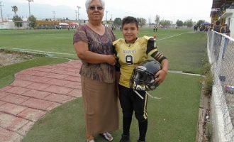 """Gael Antonio y su abuelita María del Carmen Sánchez en el Estadio """"Yaqui"""" Heredia."""