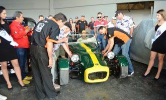 Uno de los autos clásicos que fueron destapados ayer al finalizar la ceremonia de inauguración, restaurado y propiedad de Guelos Garage.